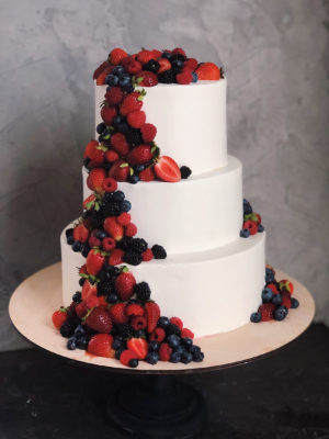 weddingcakewithberries